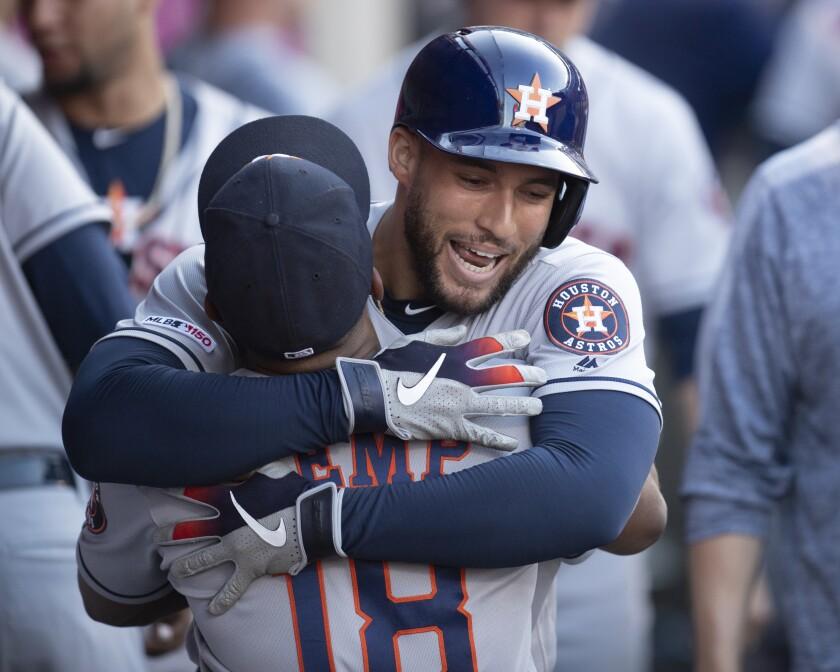 George Springer (atrás), de los Astros de Houston, recibe un abrazo de Tony Kemp, luego de conectar un jonrón solitario en el encuentro del jueves 18 de julio de 2019, ante los Angelinos de Los Angeles (AP Foto/Kyusung Gong) ** Usable by HOY, ELSENT and SD Only **