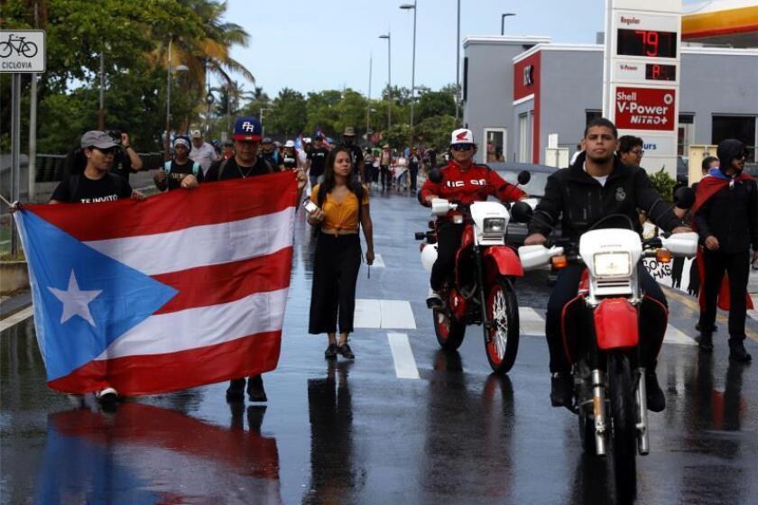 La policía de Puerto Rico lanza gases lacrimógenos contra grupo de manifestantes
