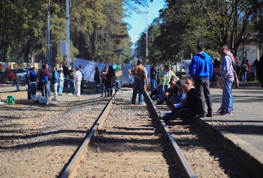 Maestros disidentes comienzan a levantar bloqueos que mantienen en las vías ferroviarias, este jueves en el poblado de Patzcuaro, en el estado de Michoacán (México). Profesores de la Coordinadora Nacional de Trabajadores de la Educación (CNTE) anunciaron hoy el desbloqueo de la red ferroviaria del occidental estado mexicano de Michoacán, tras 24 días de protestas. EFE