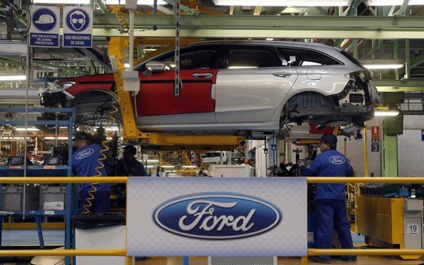 Donald Trump logró hoy su primera gran victoria frente al sector del automóvil, con el anuncio de Ford de la cancelación de una inversión de 1.600 millones de dólares en México el mismo día que el presidente electo amenazó a General Motors (GM) por producir vehículos en el país latinoamericano. EFE/ARCHIVO
