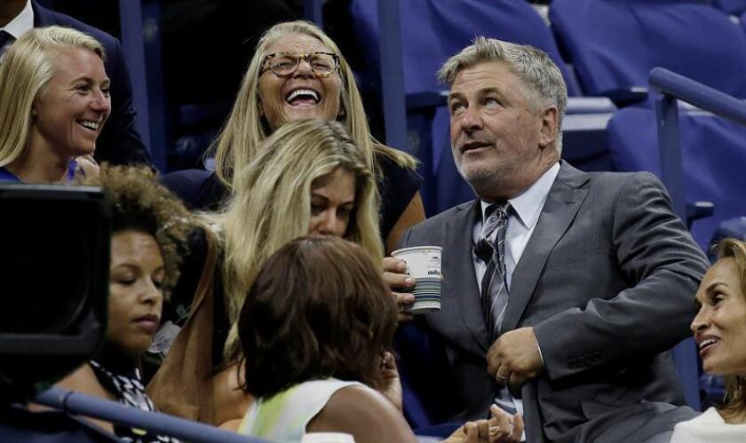 El actor estadounidense Alec Baldwin (R) asiste a un juego entre Maria Sharapova de Rusia y Simona Halep de Rumanía. EFE/Archivo