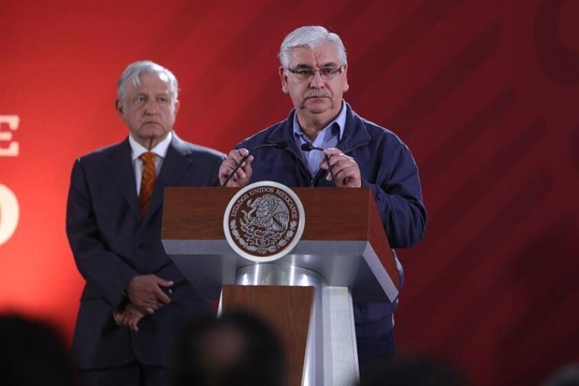 The director-general of Mexico's national archives agency, Carlos Enrique Ruiz (c), accompanied by Mexican President Andres Manuel Lopez Obrador (left), speaks at a press conference on March 1, 2019, in Mexico City. EPA-EFE/Sashenka Gutiérrez