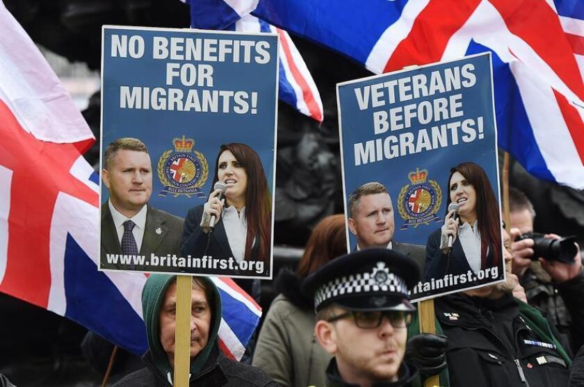 Members of the right wing nationalist 'Britain First' group protest as tens of thousands of people march through central London during a 'Refugees Welcome' protest in London, Britain, 19 March 2016. EFE/Archivo