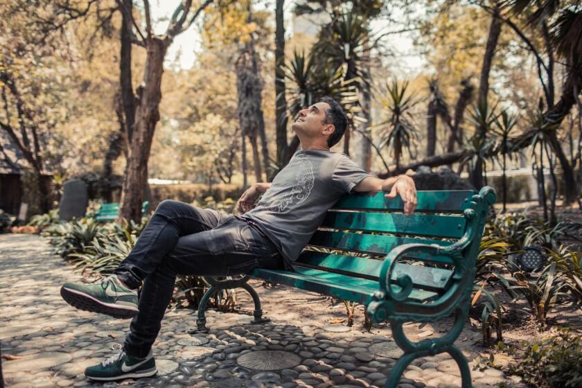 El uruguayo Jorge Drexler aparece en esta imagen con una actitud relajada que corresponde al estilo de su música, en la que no faltan sin embargo las alusiones sociales y políticas.
