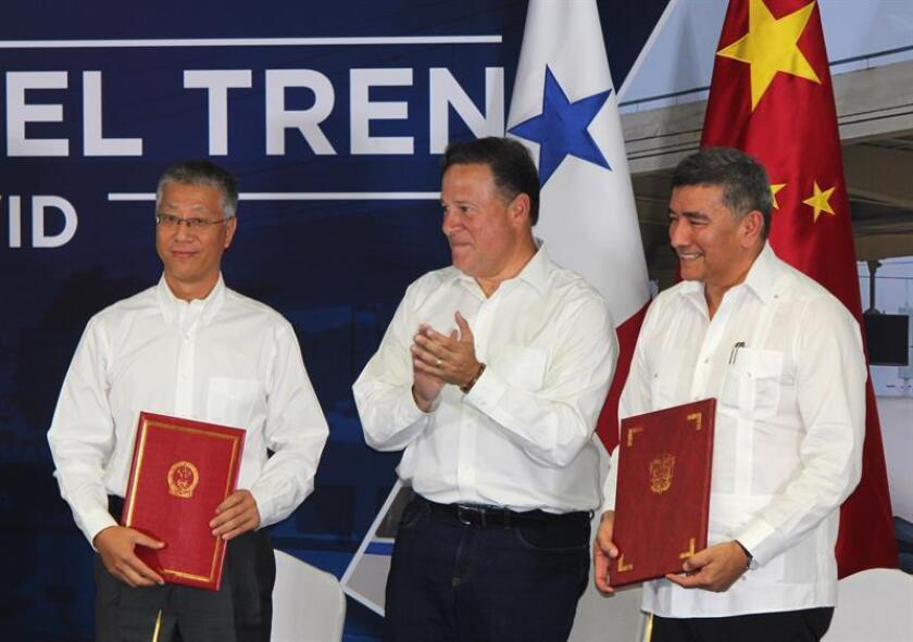 Starting from the left, Chinese ambassador to Panama, Wei Quian, Panamanian President Juan Carlos Varela and engineer Oscar Ramirez participate in the presentation of a feasibility study on March 15, 2019, in Panama City, Panama. EPA_EFE / Marcelino Rosario