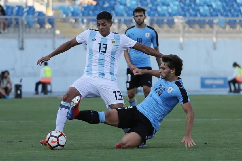 Aaron Barquett (i) de Argentina disputa el balón con Juan Boselli (d) de Uruguay este jueves durante un partido del campeonato sudamericano sub 20 entre Argentina y Uruguay disputado en el estadio El Teniente en Rancagua (Chile). EFE