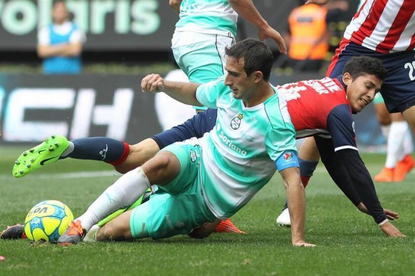 El defensa argentino Carlos Izquierdoz, uno de los puntales de la zaga del Santos Laguna, fue transferido al Boca Juniors de la liga de su país, informó hoy el equipo campeón del fútbol mexicano. EFE/ARCHIVO