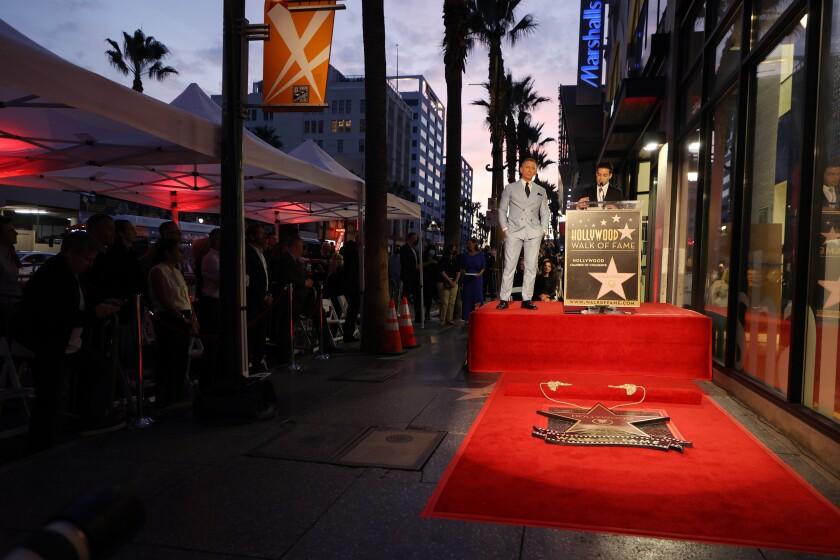La estrella de Craig está al lado del actor que también interpretó a James Bond, el legendario Roger Moore.