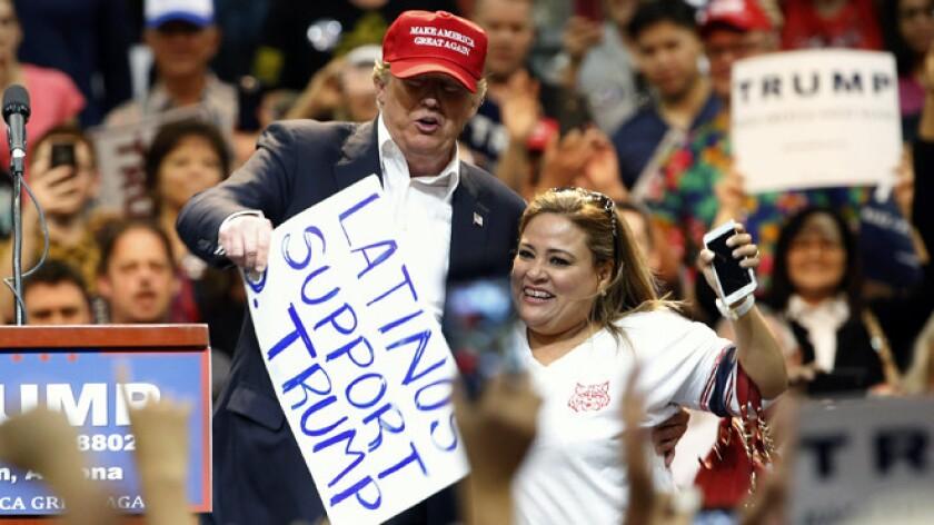 """Betty Rivas, oriunda de Ciudad Obregón, tuvo unos minutos de fama en marzo cuando asistió a un mitin de Donald Trump en Arizona y el candidato republicano la invitó a subir al escenario, entusiasmado por su cartel: """"Los latinos apoyamos a D. Trump""""."""
