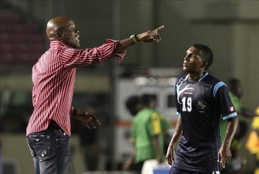 En la imagen, el director técnico de la selección de Panamá, Julio Dely Valdés (i), habla con su jugador Alberto Quintero durante un partido amistoso ante Jamaica, el pasado 1 de junio de 2012, en Ciudad de Panamá. EFE/Archivo