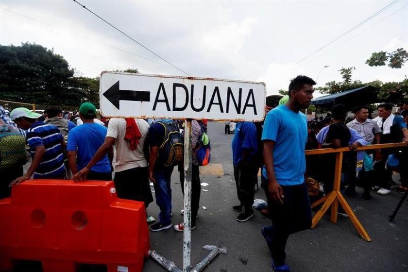 Honduran migrants wait at the border bridge at Tecun Uman, Guatemala, 17 January 2019, on the border with Mexico to register to enter Mexican territory. EFE-EPA/ Esteban Biba