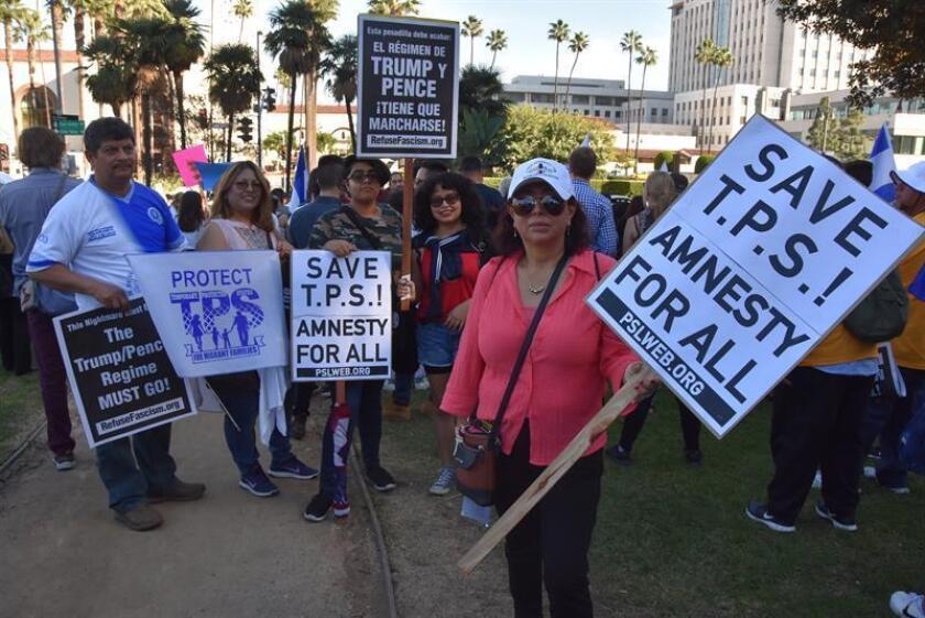 Fotografía de varias personas que protestan para pedir respeto a los beneficiarios del TPS. EFE/Archivo