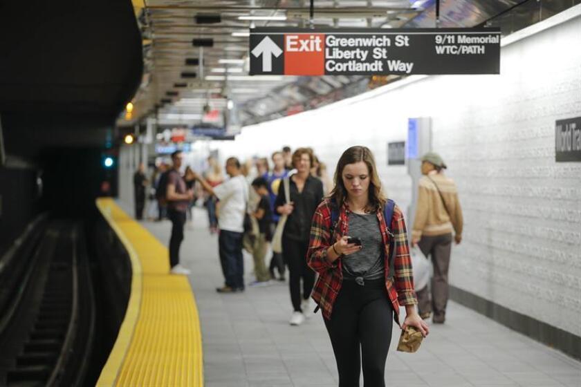 Personas esperan el metro hoy, martes 11 de septiembre de 2018, en la estación Cortlandt, cerrada desde los atentados terroristas del 11 de septiembre de 2001 para la ruta de la línea 1, que viaja entre el distrito El Bronx y el bajo Manhattan, en Nueva York (EE.UU.). EFE/Archivo