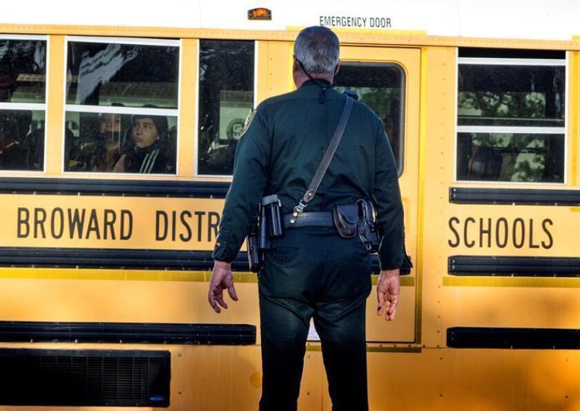 La comisión de Miami Beach aprobó hoy una ordenanza que autoriza la colocación de oficiales de Policía en todas sus escuelas públicas a partir del próximo año escolar, que iniciará a finales de agosto. EFE/Archivo