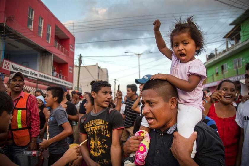 Migrantes centroamericanos a su paso por la población de Nicolás Romero en el estado de Oaxaca (México). EFE/Archivo