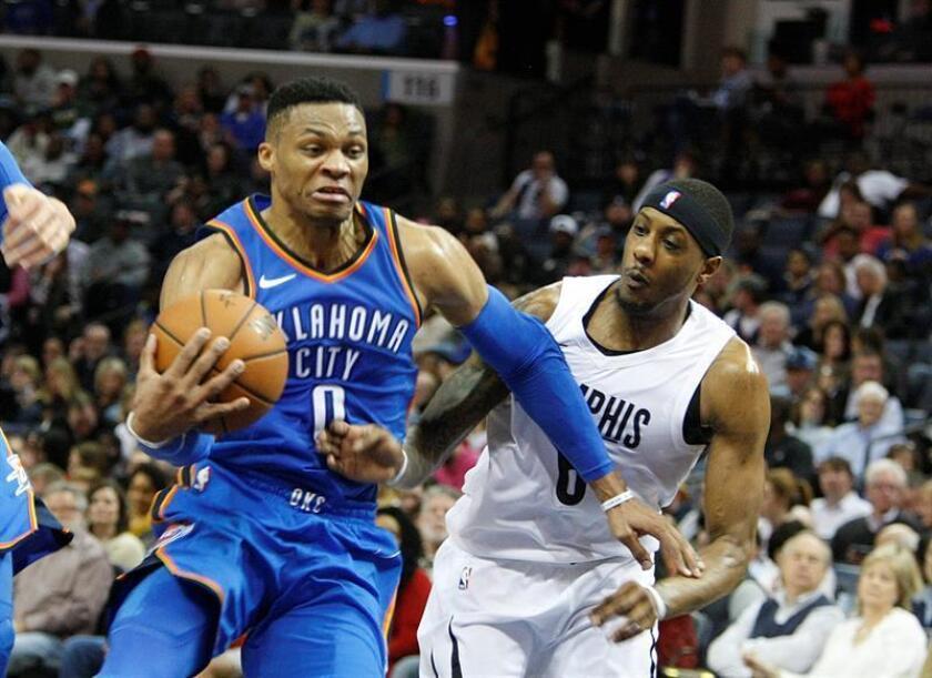 El jugador Russell Westbrook (i) de Oklahoma City Thunder, durante un partido de baloncesto de la NBA entre Oklahoma City Thunder y Memphis Grizzlies