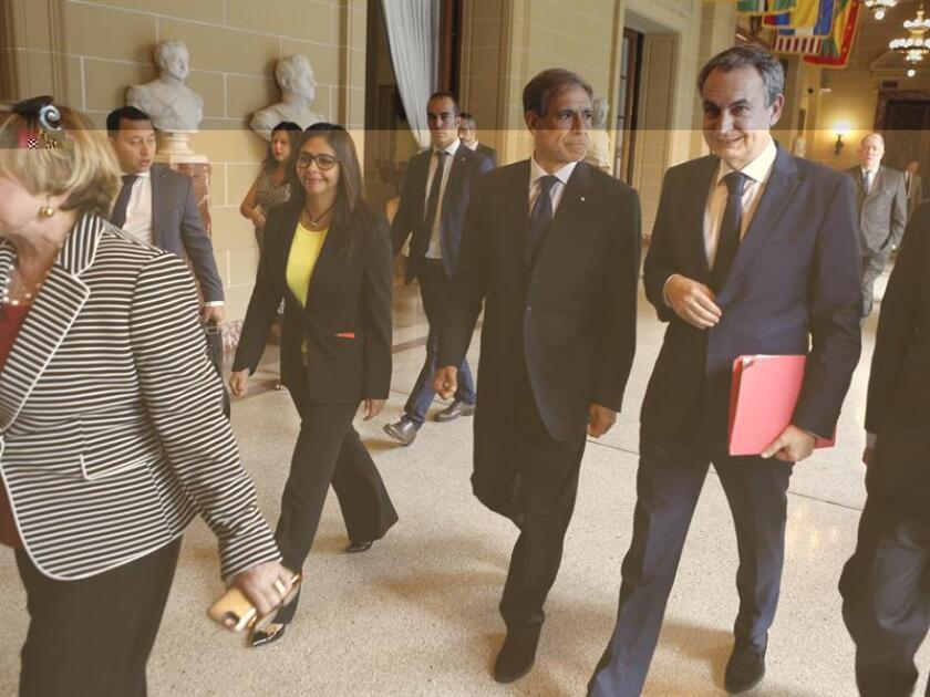 De izquierda a derecha, la ministra de Relaciones Exteriores de Venezuela, Delcy Rodríguez; el presidente del Consejo Permanente de la Organización de Estados Americanos, Juan José Arcuri y el expresidente del Gobierno español, José Luis Rodríguez Zapatero, a su llegada a una sesión extraordinaria realizada en el consejo permanente de la OEA en Washington (Estados Unidos). EFE/Archivo