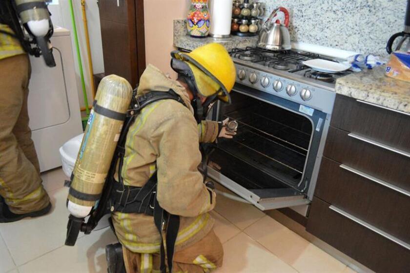 Fotografía cedida por la Fiscalía General del Estado que muestra a bomberos realizando inspecciones en un departamento de un complejo residencial en la Riviera Maya en Quintana Roo (México). EFE/Fiscalía General del Estado