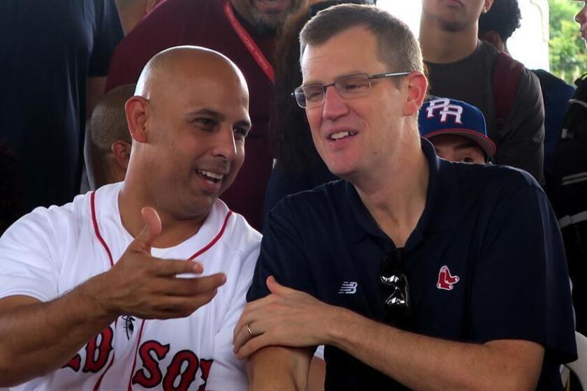 En la imagen, el dirigente de los Medias Rojas de Boston el puertorriqueño Alex Cora (c) y el presidente y director ejecutivo del equipo Sam Kennedy (d). EFE/Archivo