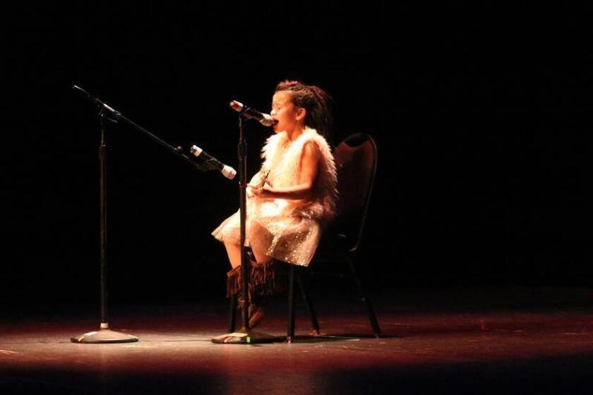 Fotografía del 28 de noviembre de 2018, donde aparece Kaya-Rei Ke'alolahiahi Kanoelani Duran, que pertenece a las tribus Apache y Kanaka Ma'oli, mientras toca un instrumento y canta durante la celebración del primer Espectáculo de Talento Indígena en el Centro Cultural Winchester de Las Vegas, Nevada. EFE