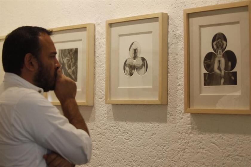 Un hombre observa obras de el pintor mexicano Francisco Toledo el pasado jueves, 2 de agosto de 2018, en Ciudad de México (México). EFE