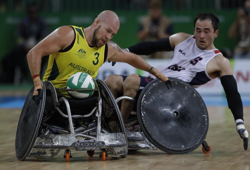 Ryley Batt de australia lucha por el balón con el estadounidense Chuck Aoki