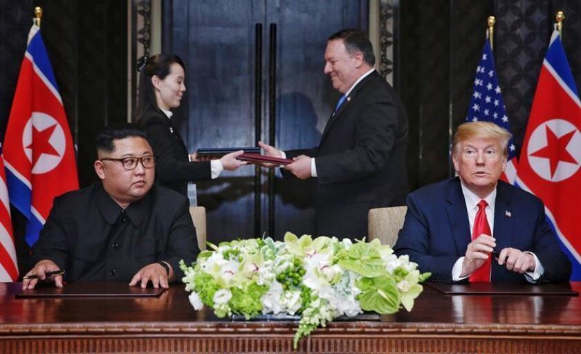 El presidente estadounidense, Donald J. Trump (d), y el líder norcoreano, Kim Jong-un, sonríen antes de firmar una declaración conjunta durante su histórica cumbre de más de cuatro horas celebrada en hotel Capella de Singapur, hoy, 12 de junio de 2018. EFE/ Kevin Lim / Foto cedida por The Straits Times / SOLO USO EDITORIAL