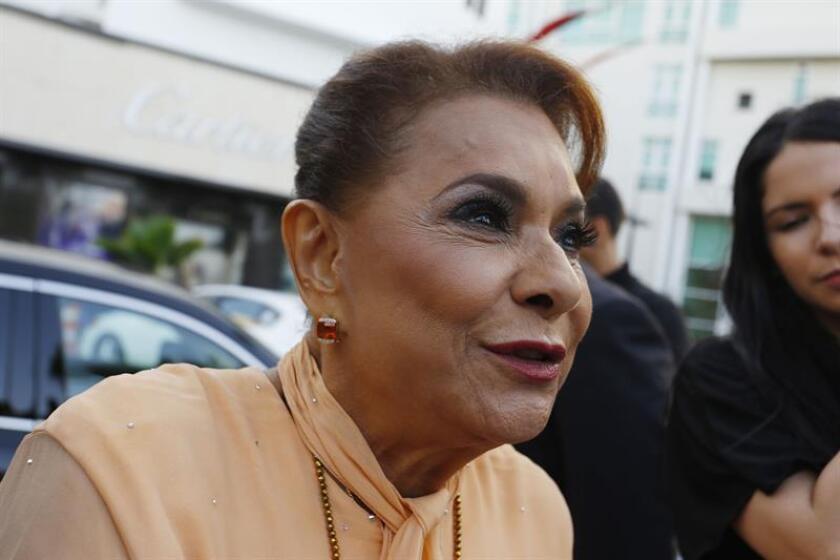 """""""Cartas de amor para una ícona"""", un documental basado en la trayectoria artística de Lucecita Benítez (c), conocida como """"La voz nacional de Puerto Rico"""", se transmitirá el próximo 20 de octubre a las 07.00 de la noche por WIPR-TV (Canal 6), informaron hoy fuentes oficiales. EFE/Archivo"""