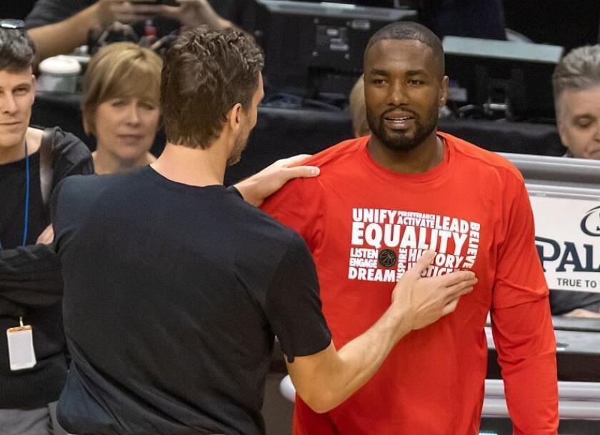 El jugador de los Spurs de San Antonio Pau Gasol (i), saluda a su compatriota de los Raptors de Toronto, Serge Ibaka, durante el partido de hoy, en Toronto. EFE