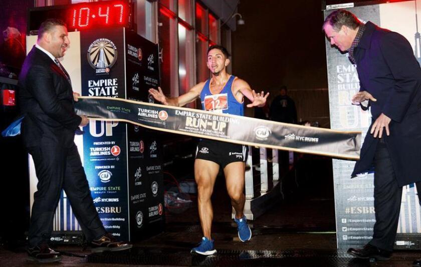 Frank Nicolas Carreño (c) de Colombia cruza la meta en 1er lugar en la división masculina del 41º evento anual Empire State Building Run-Up en Nueva York (EE.UU.), hoy, miércoles 7 de febrero de 2018. EFE