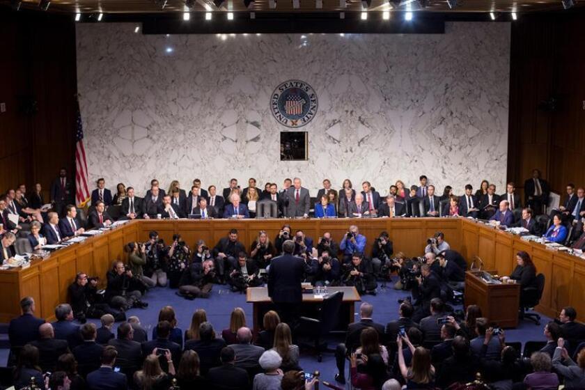 El nominado a fiscal general de EE.UU., William Barr (c), presta juramento durante una comparecencia ante el Senado para su confirmación en el cargo en el Capitolio, Washington D.C (Estados Unidos), el 15 de enero de 2019. EFE/Archivo