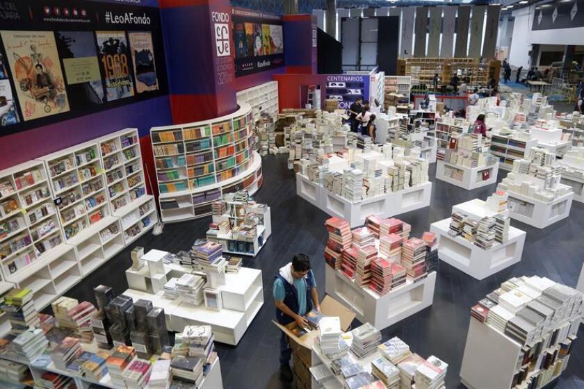 Un grupo de personas colocan libros en un pabellón de la Feria Internacional del Libro (FIL) hoy, en Guadalajara, estado de Jalisco (México). EFE