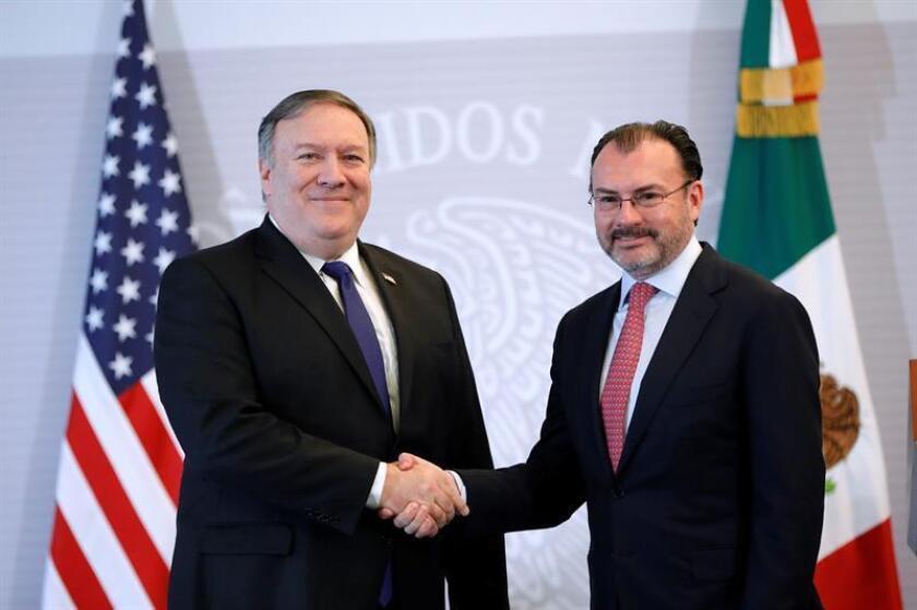 El secretario de Estado de EE.UU., Michael Pompeo (i) hoy, viernes 19 de octubre de 2018, durante un encuentro con su homólogo de Relaciones Exteriores de México (SRE), Luís Videgaray (d), en la sede diplomática, en Ciudad de México. EFE