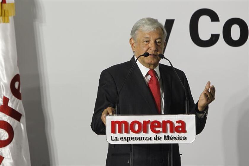 Inmune a los ataques de sus rivales, Andrés Manuel López Obrador se mantiene cómodamente en cabeza de las encuestas a un mes de las elecciones presidenciales en México, lo que le sitúa ante una aparente inevitable victoria. EFE/Archivo