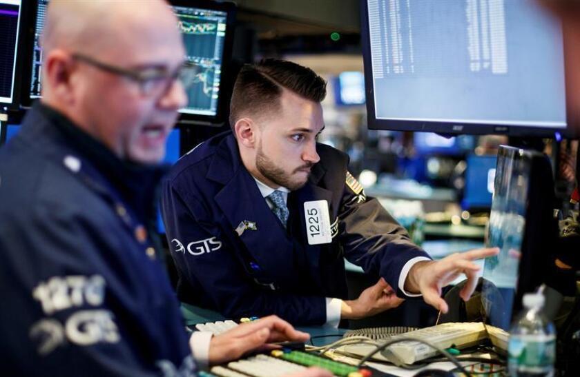 Agentes de bolsa trabajan en el piso durante la apertura de la jornada de la Bolsa de Nueva York (Estados Unidos), el 4 de abril de 2018. EFE/Archivo