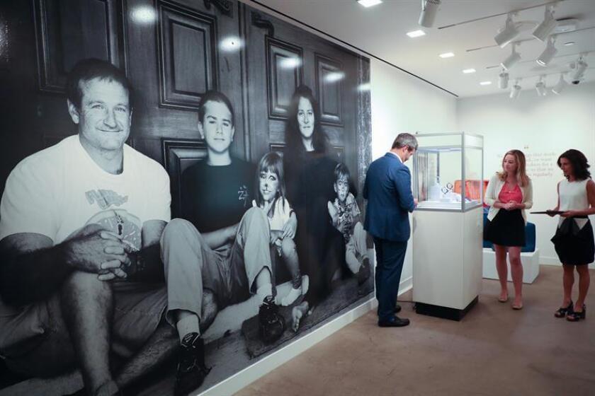 Una fotografía del actor estadounidense Robin Williams y su familia junto a sus objetos de subasta exhibidos en Los Ángeles, California (EE.UU.). EFE