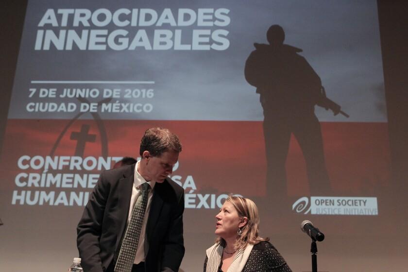 """James Goldston (i) e Ina Zoon (d) de la ONG Open Society Justice Initiative, presentan hoy, martes 7 de junio de 2016, un informe titulado """"Atrocidades innegables: crímenes de lesa humanidad en México"""" en Ciudad de México (México), donde se exhorta al Estado mexicano a reconocer la existencia de crímenes de lesa humanidad en el país y a luchar contra la """"obstrucción política"""" y la impunidad. EFE/ALEX CRUZ"""