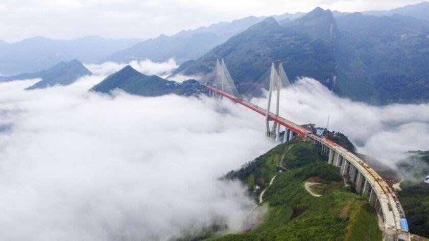 En 2013, un equipo formado por más de 1.000 ingenieros y técnicos comenzó a construir el puente Beipanjiang, el más alto del planeta.