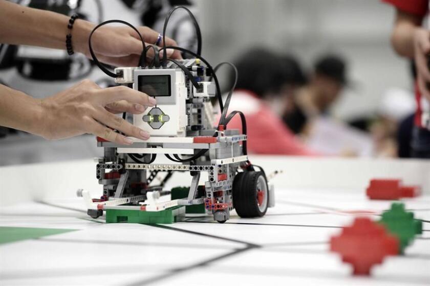 Vista de unos jóvenes que construllen un robot en Puerto Rico. EFE/Archivo