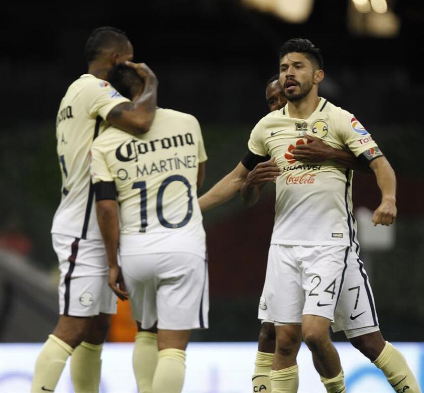 El jugador del América Oribe Peralta (d) celebra con sus compañeros después de anotar un gol durante el partido de vuelta por la semifinal del Torneo Apertura del fútbol mexicano, en el estadio Azteca de Ciudad de México. EFE