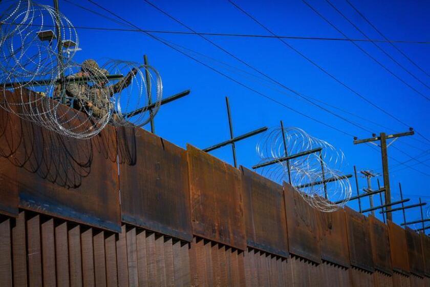 Militares estadounidenses instalan alambradas de puas vistos desde la colonia Libertad, en Tijuana (México). EFE/Archivo
