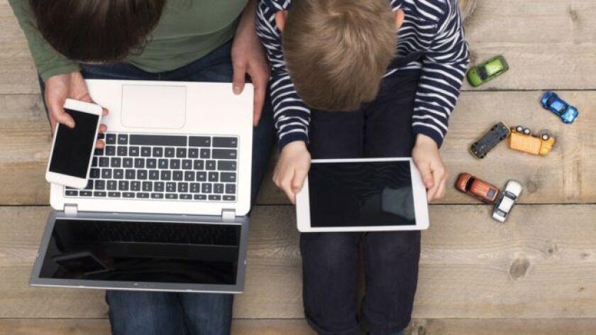 Aunque todavía no hay muchos estudios científicos sobre el impacto del uso de pantallas en la visión -hay que recordar que el primer celular inteligente de Apple fue desvelado hace solo 10 años- los expertos están preocupados por el alarmante aumento de la miopía entre los niños, que en algunos países asiáticos ya es una epidemia.