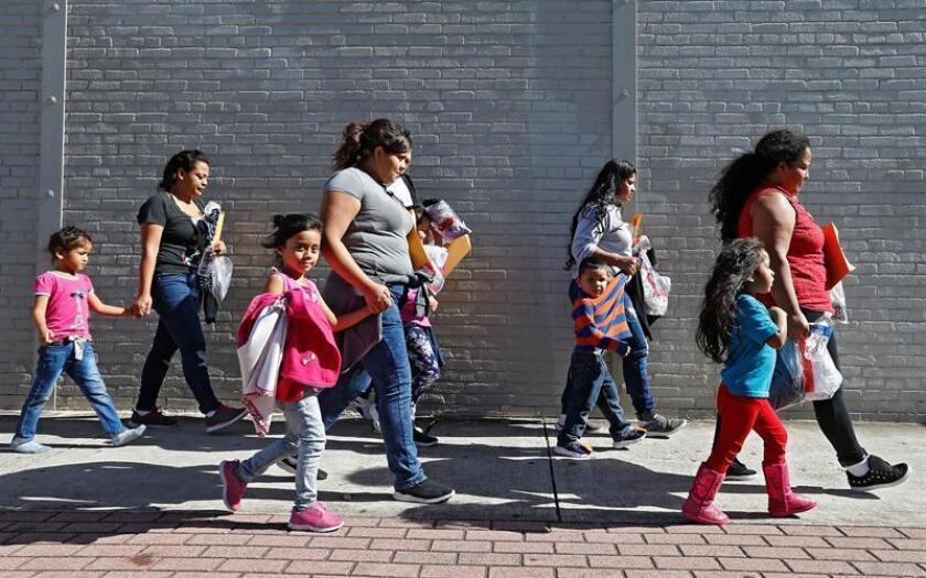 Familias de migrantes caminan reaccionan tras ser procesadas en la Estación Central de Autobuses de McAllen, Texas (EE.UU.) EFE/Archivo