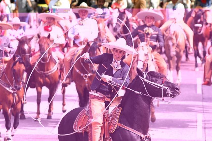 Fotografía del 14 de agosto de 2016 que muestra a cientos de Charros desfilar por las calles de la ciudad de Guadalajara (México) durante los festejos del Día del Charro. La Organización de Naciones Unidas para la Educación, la Ciencia y la Cultura (Unesco) declaró hoy Patrimonio Inmaterial de la Humanidad la charrería mexicana, práctica tradicional de comunidades dedicadas a la cría y el pastoreo del ganado a caballo. EFE/ARCHIVO