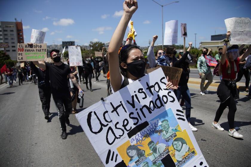 Carrying signs and chanting the protestors march towards Palacio Municipal