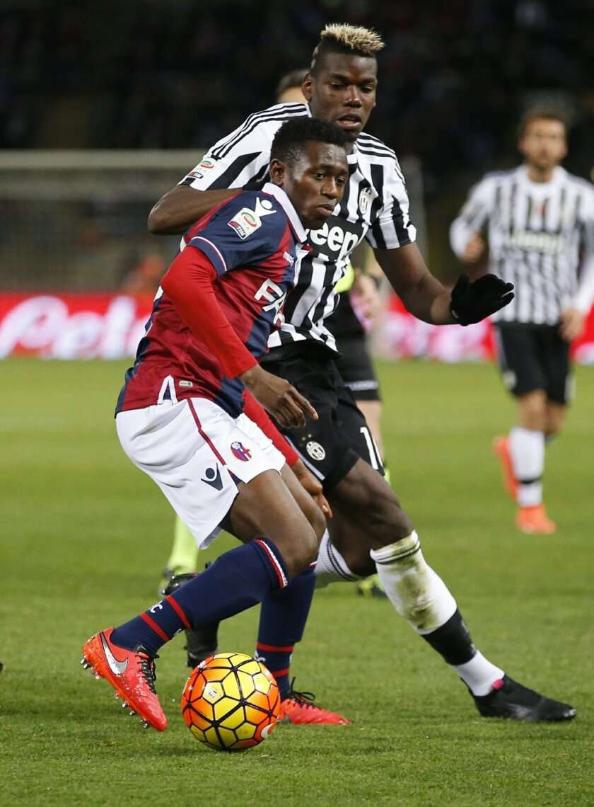 Bologna's Amadou Diawara, left, is challenged by Juventus' Paul Pogba during the Serie A soccer match between Bologna and Juventus at the Dall' Ara stadium in Bologna, Italy, Friday, Feb. 19, 2016. (AP Photo/Antonio Calanni)