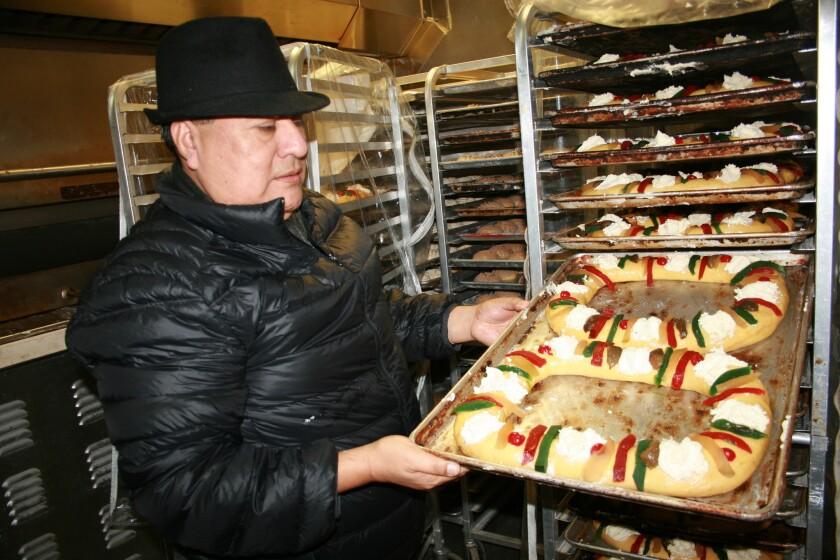 Arturo Aguilar, propietario de la panadería Valle Oaxaqueño, asegura que las tlayudas, mole y chocolate que importa son productos afectados por el aumento al precio del combustible.