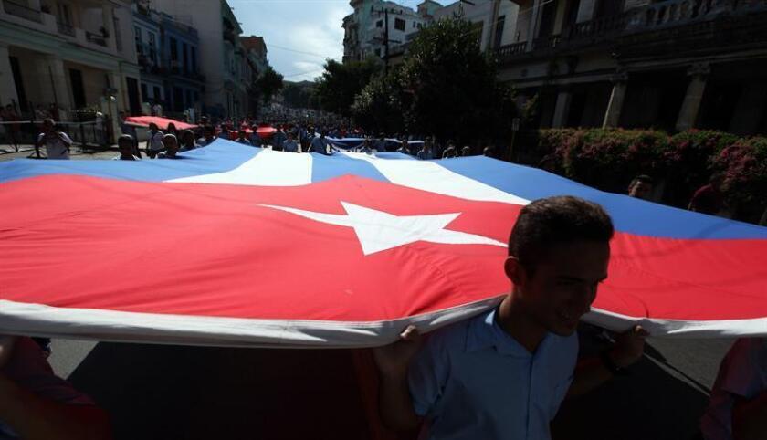 Miles de estudiantes cubanos participan en una marcha. EFE/Archivo