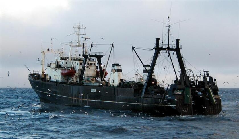 Más de la mitad del agua oceánica del mundo, que cubre el 70 % de la superficie de la Tierra, está expuesta a actividades de pesca industrial, según un estudio publicado hoy en la revista Science. EFE/Archivo