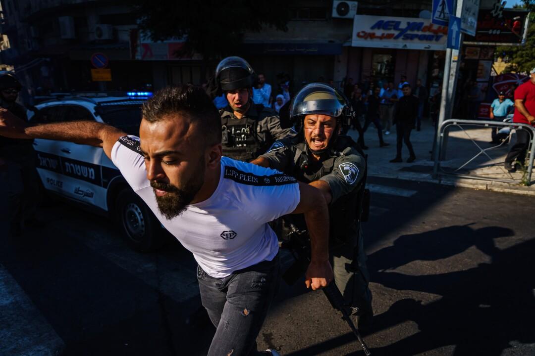هنگامی که نیروهای امنیتی اسرائیل جمعیت را متفرق کردند ، یک عابر پیاده از جاده خارج شد.